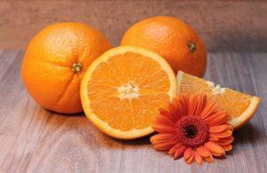 2.Creando una piel suave y uniforme  Añada jugo de naranja a un puré de plátano para que la piel brille. Pele el plátano y córtelo por la mitad. Coloca una mitad del plátano en un pequeño bol y tritúralo con un tenedor antes de añadir una cucharada (15 mL) de miel y zumo de naranja. Aplique la mezcla directamente a su cara con los dedos, cubriendo todas las porciones de su piel. Deje la mascarilla en su cara durante unos 15 minutos antes de lavarla con agua tibia del grifo.  No te preocupes si la mascarilla parece grumosa, ya que es inevitable en el trabajo con los plátanos. La mejor parte de esta máscara es que es genial para cualquier tipo de piel.  Combina papaya y miel para igualar tu pigmentación. Equilibra tu piel mezclando 2 cucharadas (30 mL) y ½ taza (115 g) de puré de papaya en un pequeño tazón. Continúe revolviendo hasta que la mezcla esté suave y pueda aplicarse fácilmente a su cara. Ponga algunas de las mezclas de la máscara en la punta de sus dedos y frótelas por toda la cara. Cuando termines de aplicar la máscara, déjala reposar durante 15-20 minutos antes de enjuagarla con agua fría.  Asegúrate de aplicar la mezcla en las manchas oscuras de tu cara.  Combina yogur y miel si quieres tener una piel más suave. Revuelva 1 cucharada (15 mL) de yogur natural sin sabor con 1 cucharada (15 mL) de miel y 1 cucharada (6 g) de cúrcuma. Mezcle estos ingredientes hasta que se cree una mezcla consistente. Ponga algunas de las máscaras en la punta de los dedos y frótelas suavemente sobre la piel para que cubra todas las partes de su cara. Siéntase libre de dejar la máscara puesta durante unos 10-20 minutos antes de lavarla con agua fría.  Esta máscara es genial si lo que buscas es una piel suave y lisa.  (Consejo de experto)  Betzy Santos, Esteticista  Utiliza el yogur orgánico por sus efectos antiinflamatorios. Algunos productos lácteos como la leche son más inflamatorios que no, pero el yogur orgánico todavía tiene prebióticos y probióticos que lo hacen antiinfla